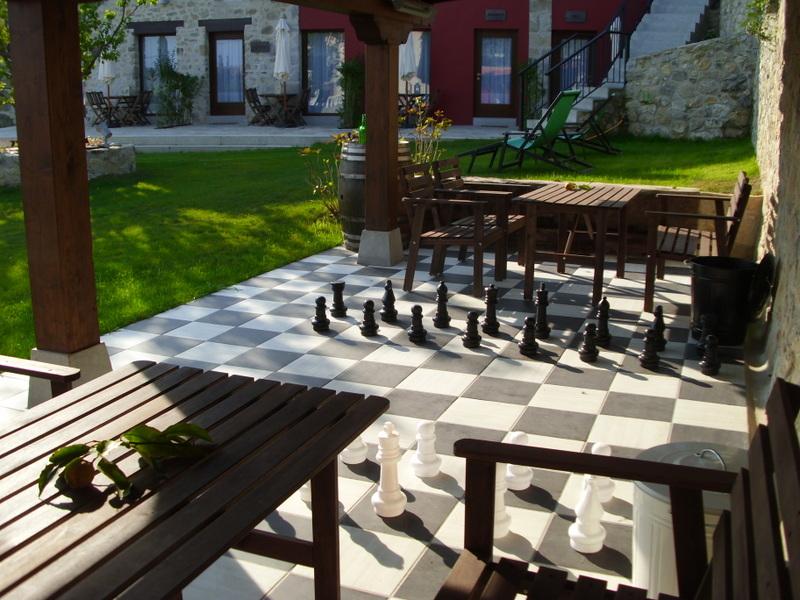 ajedrez en el porche de los apartamentos rurales