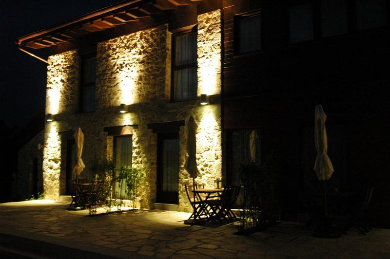 fachada iluminada del hospital de villahormes