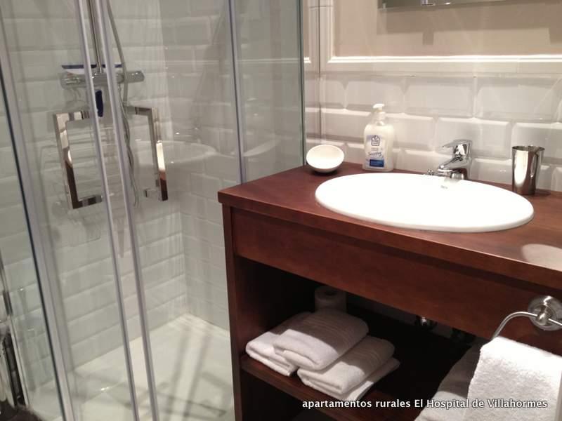 baño principal de loas  apartamentos rurales El Hospital de Villahormes