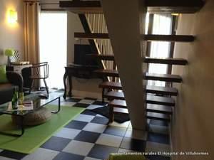 Detalle de la escalera en el salón del apartamento Hortensia en  Villahormes
